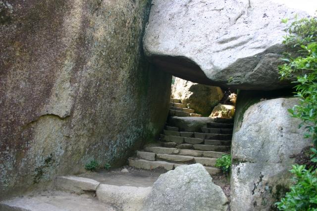 弥山の岩のトンネル
