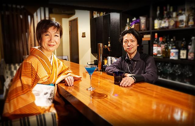 うたえ先生と千田先生がBar燦伍のカウンターを挟んでいる